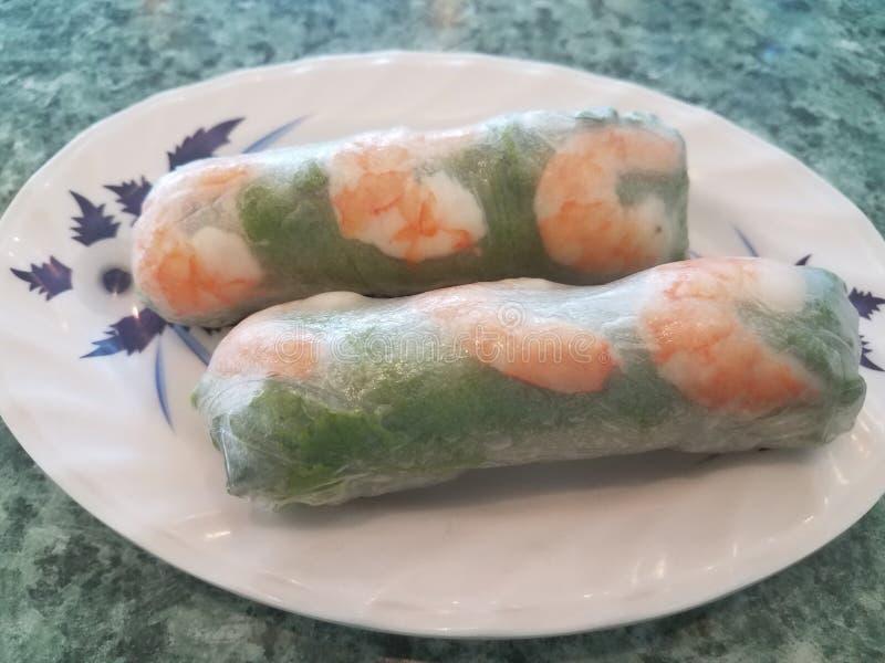 O verão vietnamiano rola com papel e camarão de arroz fotografia de stock royalty free