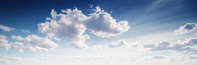 O ver?o colore o c?u e as nuvens imagem de stock royalty free