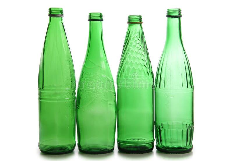 O verde engarrafa copos de vinho fotografia de stock