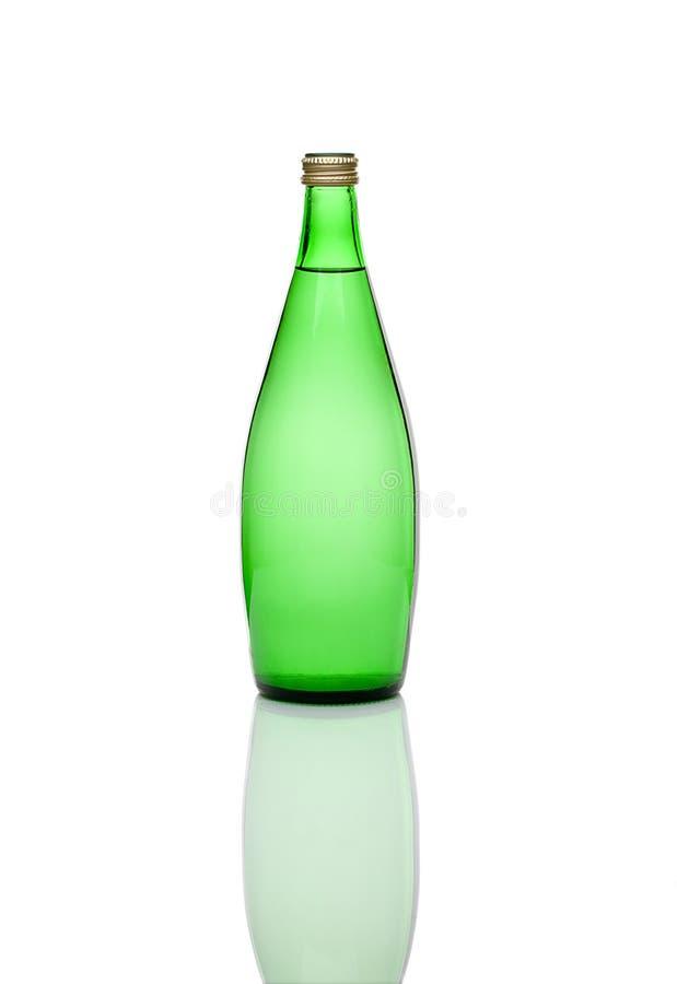 O verde fechou a garrafa de água em um backgroun branco imagens de stock royalty free