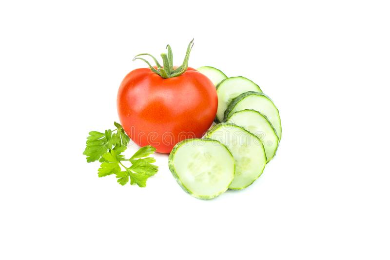 O verde fresco desbastou o pepino, tomate vermelho inteiro, salsa, vegetais maduros, ingrediente da salada, isolado no fundo bran foto de stock royalty free
