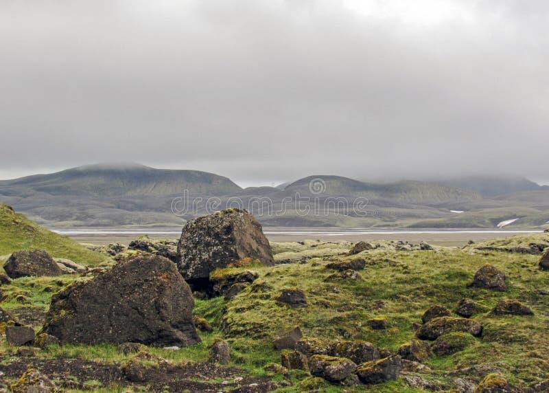 O verde musgo-cobriu montanhas e o campo de lava vulcânicos do blac Área de Landmannalaugar islândia foto de stock