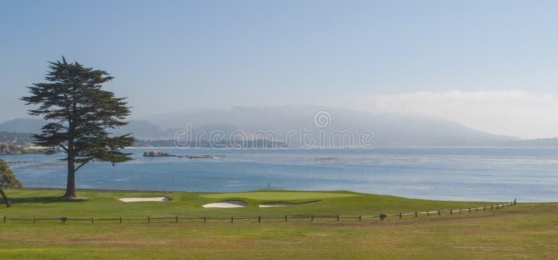 18o verde no recurso do golfe de Pebble Beach imagens de stock royalty free