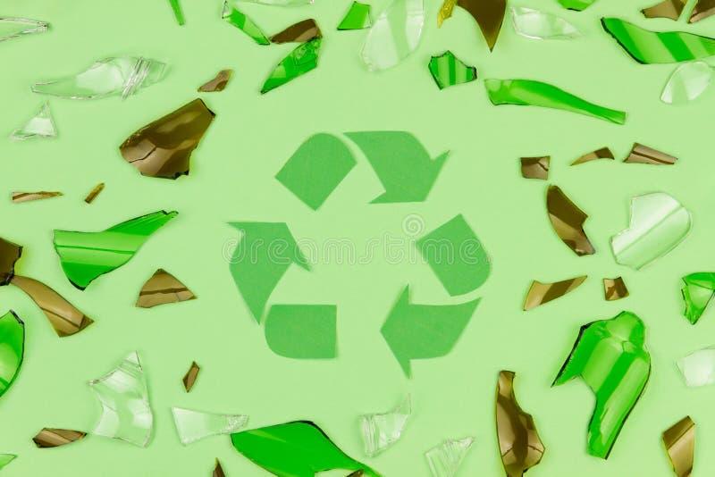 O verde recicla o símbolo do sinal com vidro quebrado fotografia de stock royalty free