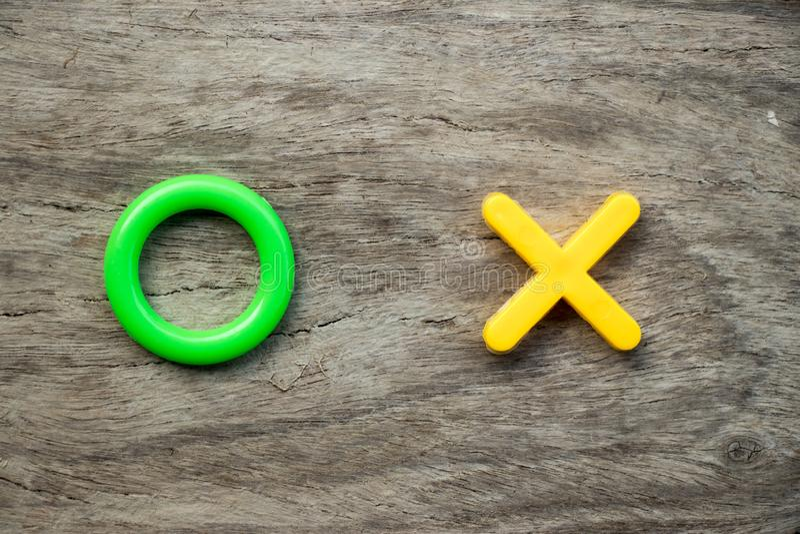 O verde y X amarillo en el fondo de madera y x28; El concepto para el sí, ningún o aprueba o rechaza fotos de archivo libres de regalías