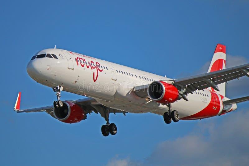 O vermelho Airbus A321-200 de Air Canada fecha-se acima da vista fotografia de stock