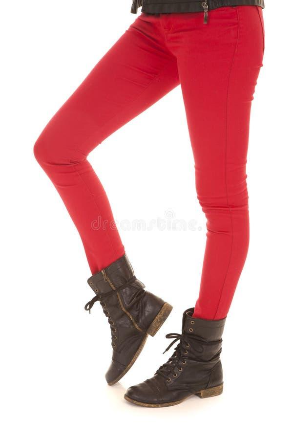 O vermelho arfa a bota dos pés da mulher foto de stock