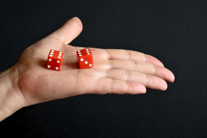 O vermelho corta na palma masculina fotografia de stock royalty free