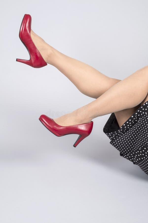 O vermelho do couro da modelagem da mulher bombeia 1 imagem de stock