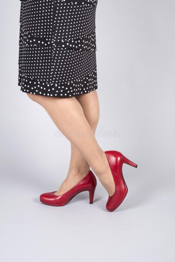 O vermelho do couro da modelagem da mulher bombeia 2 fotografia de stock royalty free