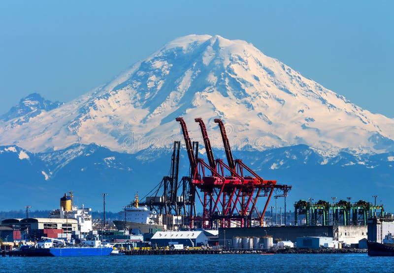 O vermelho do porto de Seattle Cranes Mt Rainier Washington foto de stock
