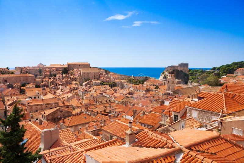 O vermelho enche o saco telhados de Dubrovnik fotografia de stock royalty free