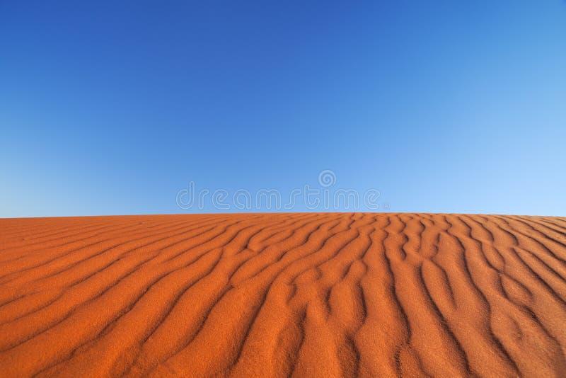 O vermelho envia a duna em um dia claro, Território do Norte, Austrália imagem de stock