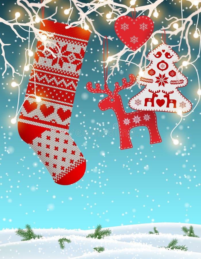 O vermelho fez malha a meia do Natal com algumas decorações tradicionais escandinavas que penduram em ramos, bonde decorativo ilustração stock