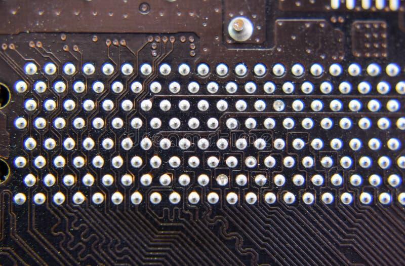 O verso do microboard Solda dos contatos Pe?as soldadas Placa eletr?nica com componentes bondes Eletr?nica de imagens de stock