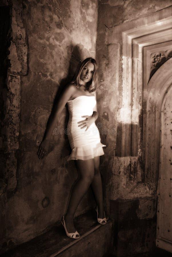 O vestido branco no Sepia fotografia de stock