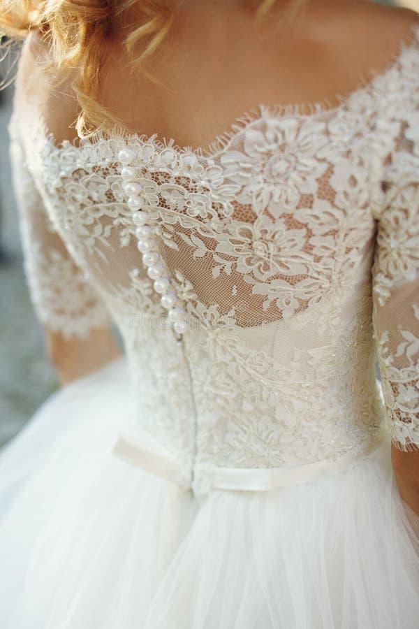 O vestido de casamento branco do vintage à moda elegante com ornamento suporta foto de stock