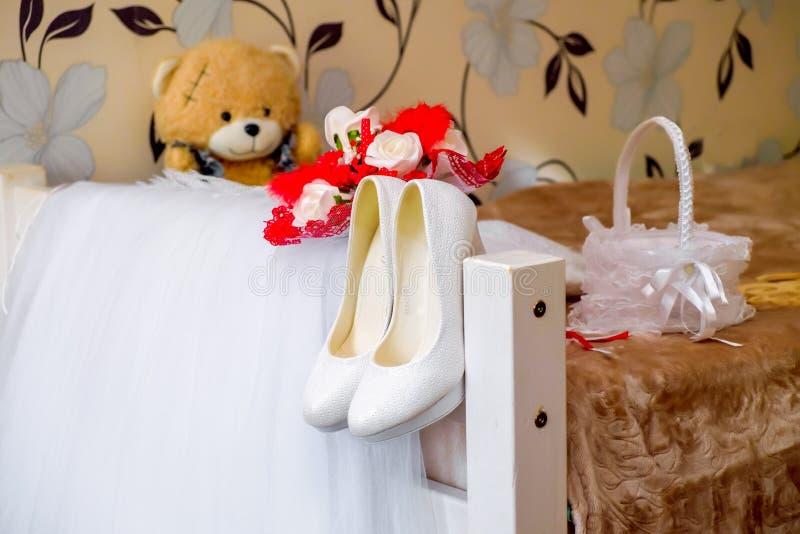 o vestido de casamento da noiva com sapatas dos acessórios carrega o ramalhete imagens de stock royalty free