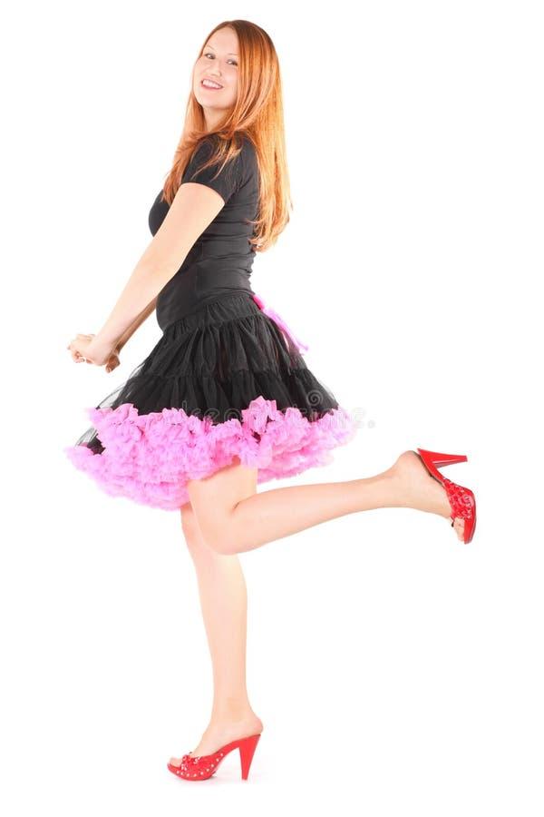 O vestido desgastando e as sapatas da mulher alegre estão levantando foto de stock