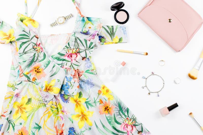 O vestido do verão da mulher, acessórios e compõe artigos no fundo branco Coleção da forma do verão fotografia de stock royalty free