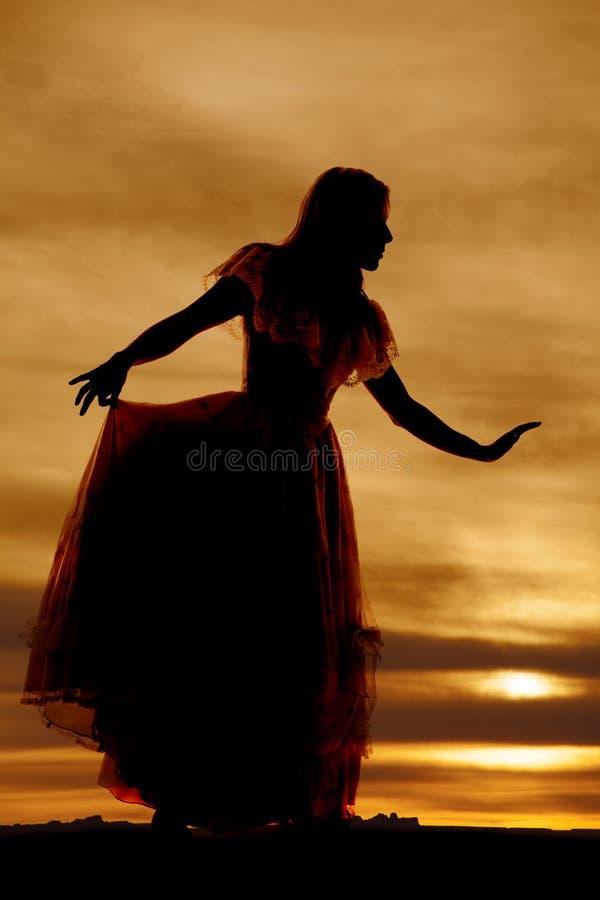 O vestido grande da mulher da silhueta distribui fotografia de stock