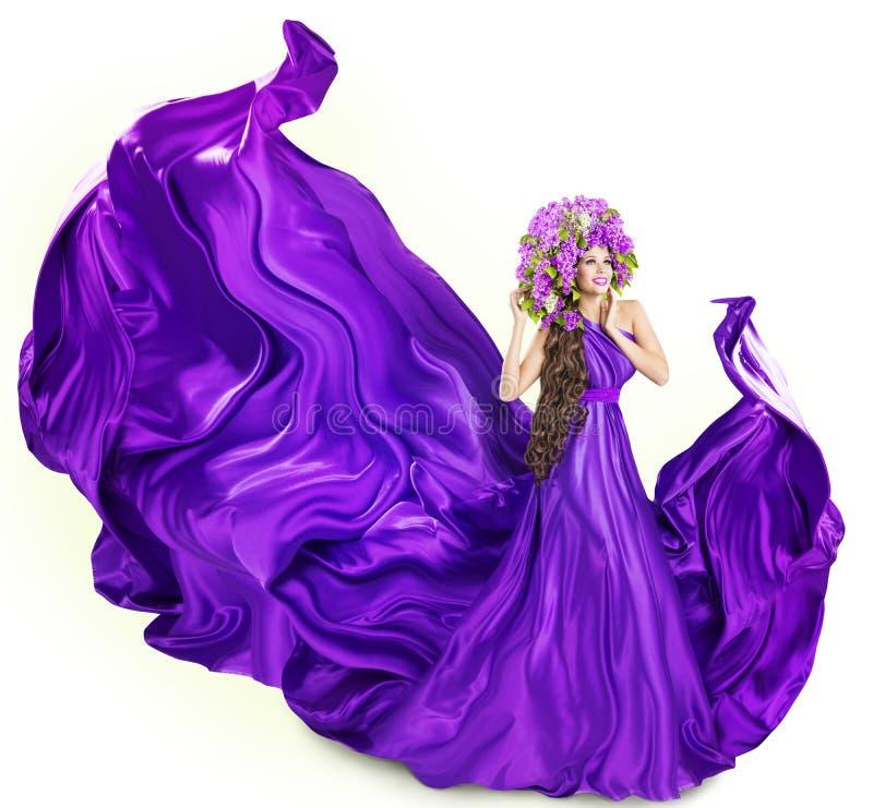 O vestido lilás da mulher, modelo de forma, floresce o chapéu, branco fotografia de stock royalty free