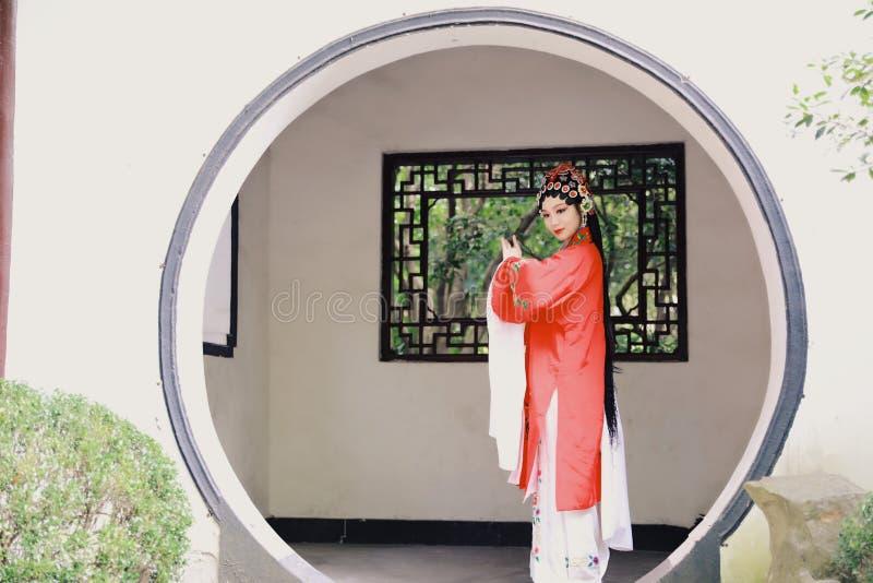 O vestido tradicional do jogo do drama de China do jardim chinês oriental do pavilhão dos trajes de Opera de Pequim de Peking da  foto de stock royalty free
