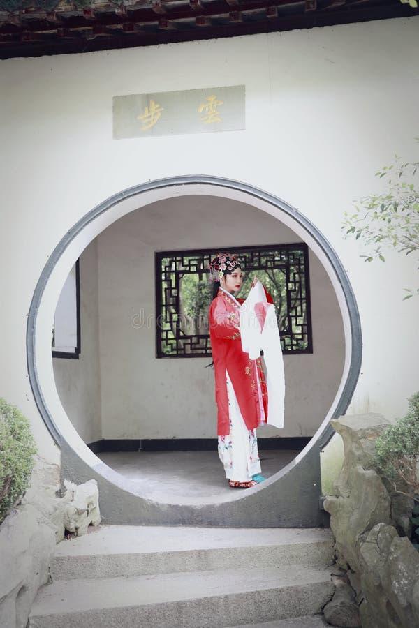 O vestido tradicional do jogo do drama de China do jardim chinês oriental do pavilhão dos trajes de Opera de Pequim de Peking da  fotos de stock royalty free