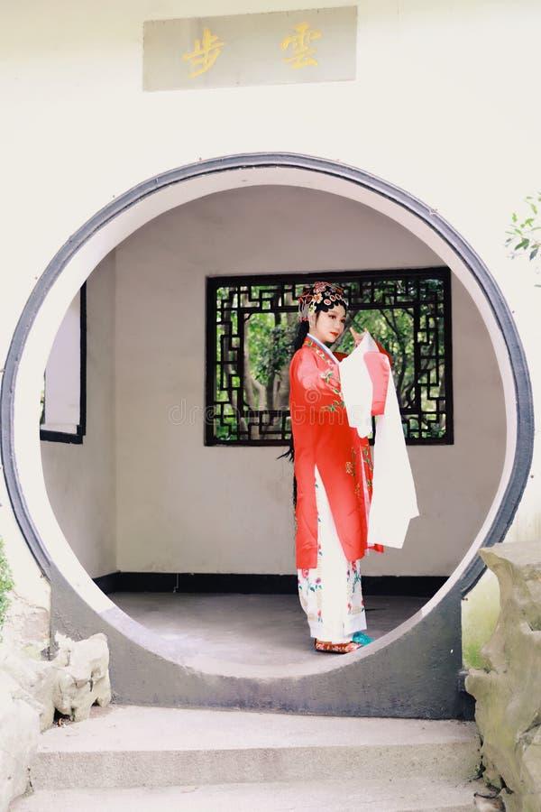 O vestido tradicional do jogo do drama de China do jardim chinês oriental do pavilhão dos trajes de Opera de Pequim de Peking da  imagem de stock
