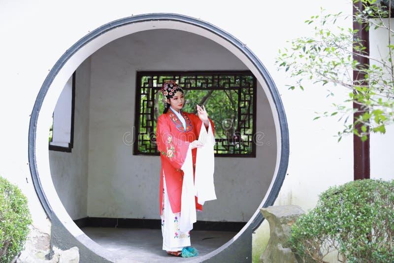 O vestido tradicional do jogo do drama de China do jardim chinês oriental do pavilhão dos trajes de Opera de Pequim de Peking da  fotografia de stock royalty free