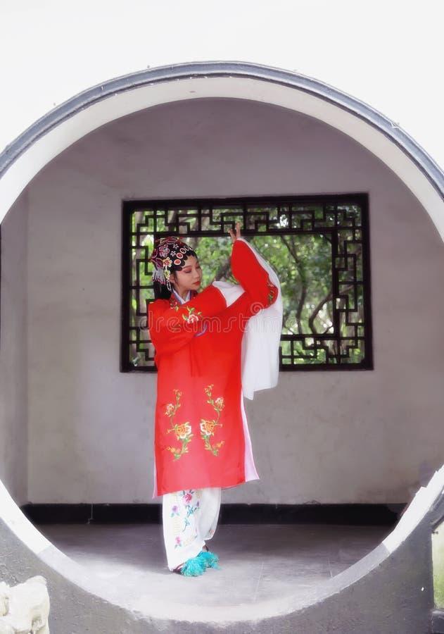 O vestido tradicional do jogo do drama de China do jardim chinês oriental do pavilhão dos trajes de Opera de Pequim de Peking da  foto de stock