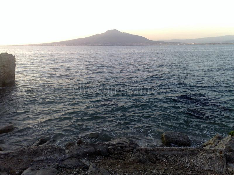 O Vesuvio visto da península de Sorrento imagem de stock royalty free