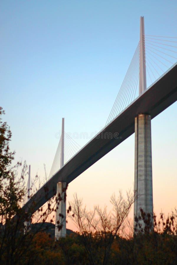 O viaduto de Millau no crepúsculo imagem de stock royalty free