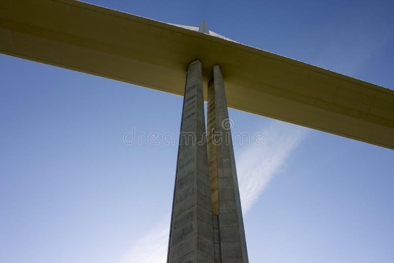 O viaduto de Millau, uma ponte cabo-ficada que meça o vale do rio Tarn perto de Millau em França do sul É os talles fotografia de stock