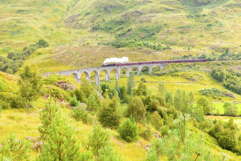 O viaduto famoso de Glenfinnan leva a estrada de ferro a Glenfinnan foto de stock royalty free
