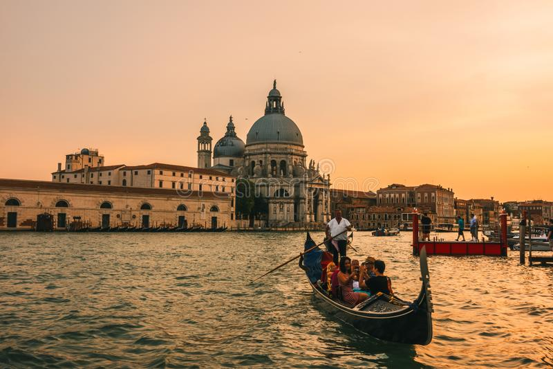 O viajante aprecia o Gondora, Veneza, Itália imagens de stock