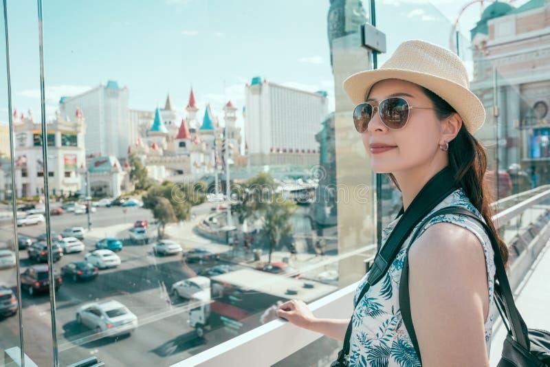 O viajante aprecia a vista urbana em Las Vegas foto de stock