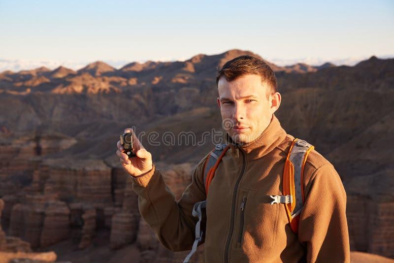 O viajante com a câmera da ação em sua mão em Charyn pode foto de stock