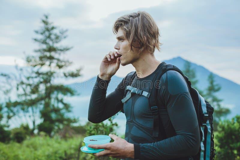 O viajante come datas contra o Mountain View do vulcão de Batur e de Agung imagens de stock royalty free