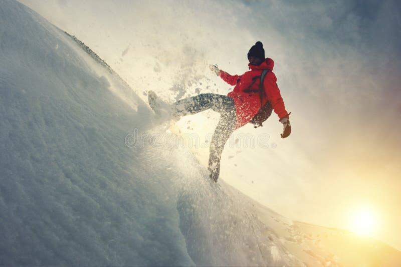 O viajante da mulher anda através da neve A neve voa de debaixo de seus pés imagem de stock