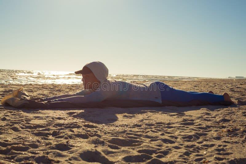 O viajante da mulher coloca na praia foto de stock