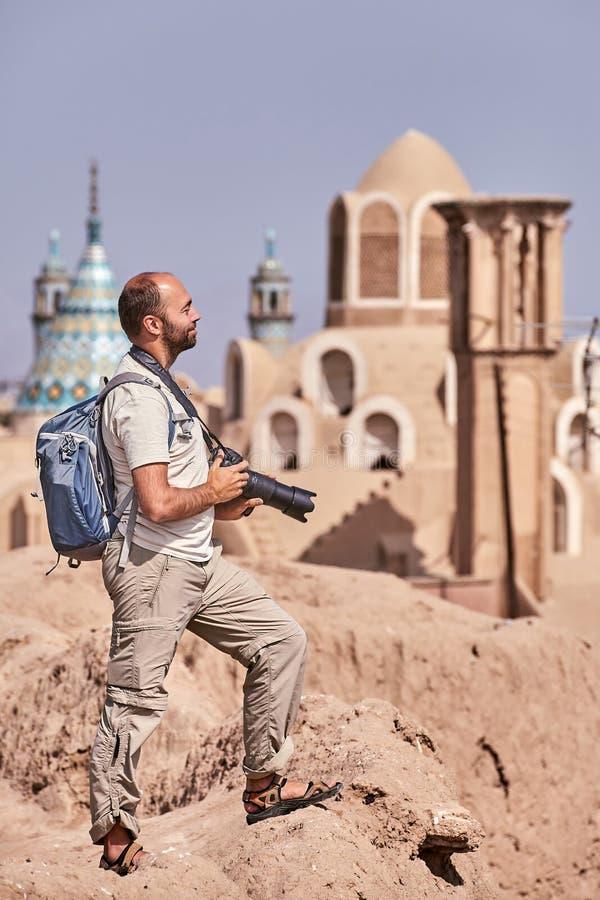 O viajante de solo anda através da cidade antiga de Kashan, Irã fotografia de stock royalty free