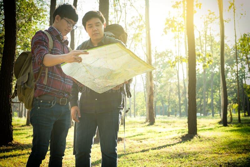 O viajante do homem dois novo com trouxa, mapa de vista que relaxa excede fotografia de stock royalty free