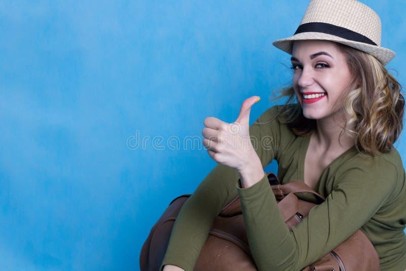 O viajante moderno da mulher mostra o polegar fotos de stock royalty free