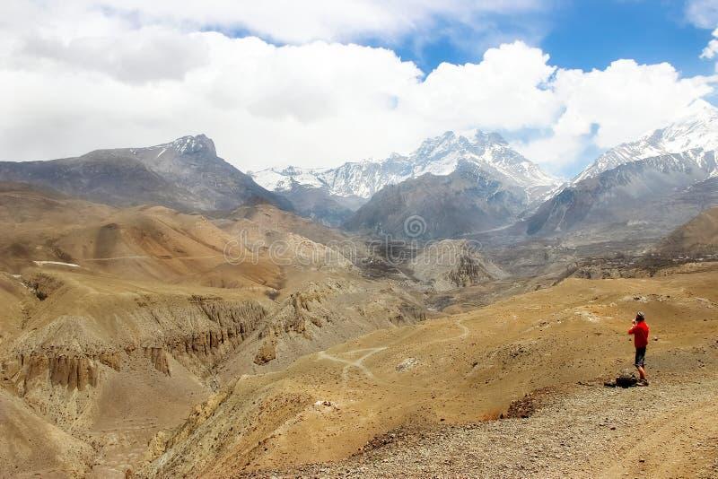 O viajante nas montanhas Himalaias nepal Reino do mustang superior fotografia de stock