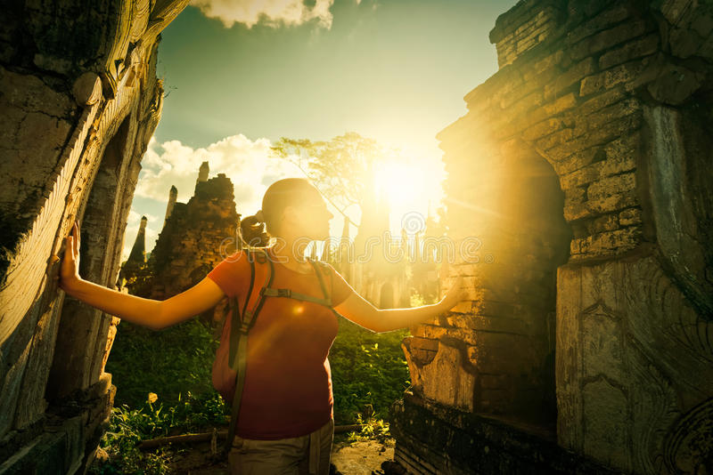 O viajante olha o stupa budista antigo do por do sol do templo co fotografia de stock royalty free