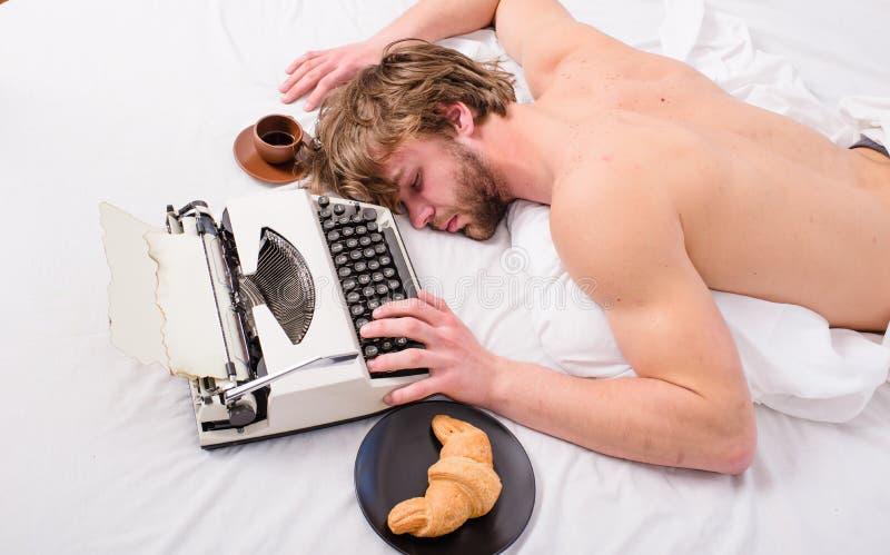 O viciado em trabalho cai adormecido Homem com sono da máquina de escrever Ocupação de exaustão Roupa de cama sonolento da config imagem de stock royalty free