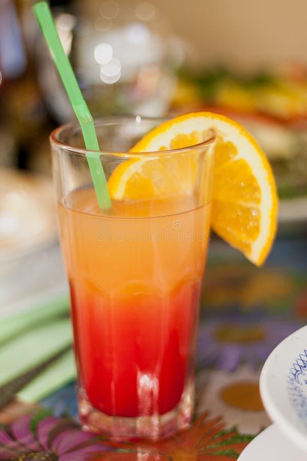 O vidro alto com cocktail está na tabela imagens de stock royalty free
