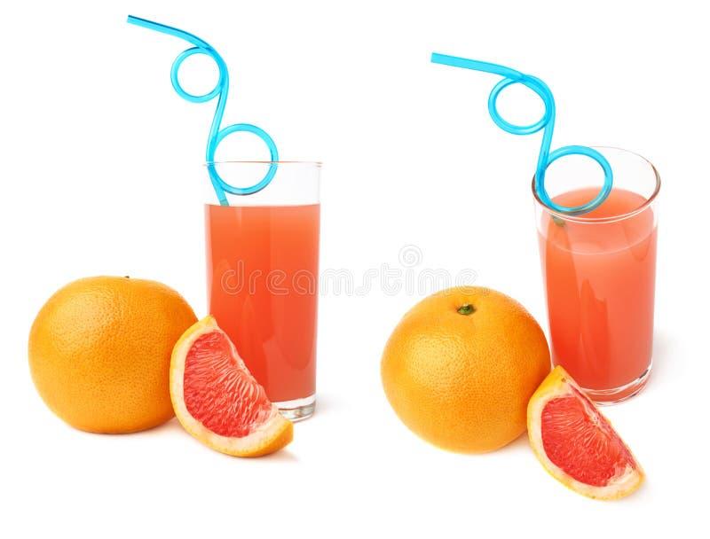 O vidro alto encheu-se com o suco de toranja, a palha bebendo e os frutos curvados azul, composição isolada sobre o branco imagens de stock