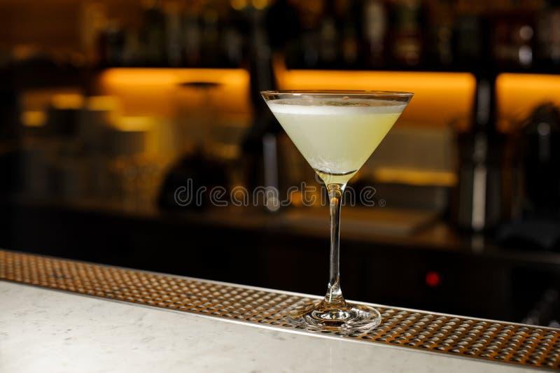O vidro de cocktail elegante encheu-se com uma bebida alcoólica fresca foto de stock royalty free